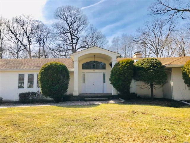 4 BR,  2.50 BTH Contemporary style home in Dix Hills