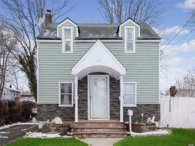 4 BR,  1.55 BTH Colonial style home in Roosevelt