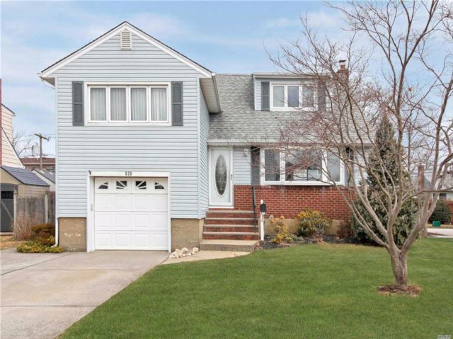 4 BR,  1.50 BTH  Split style home in Seaford