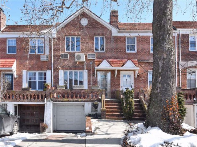 4 BR,  3.00 BTH Townhouse style home in Fresh Meadows