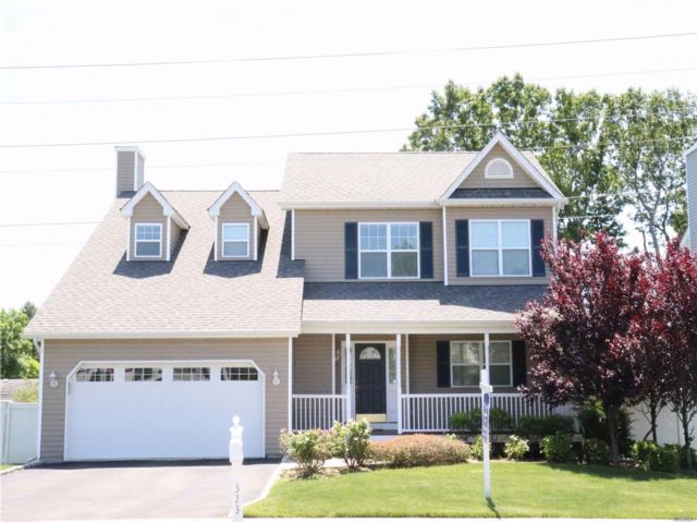 4 BR,  2.50 BTH Colonial style home in Farmingdale
