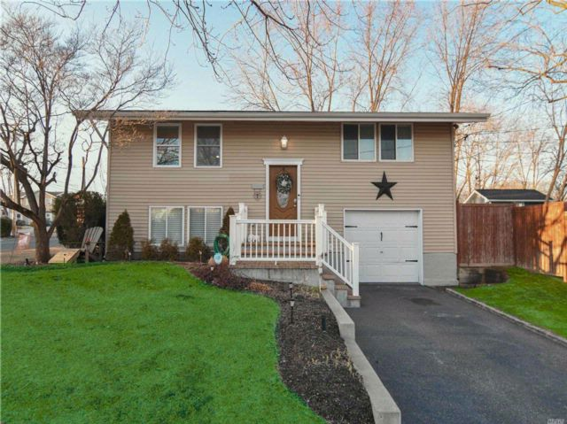 3 BR,  2.00 BTH Hi ranch style home in Selden