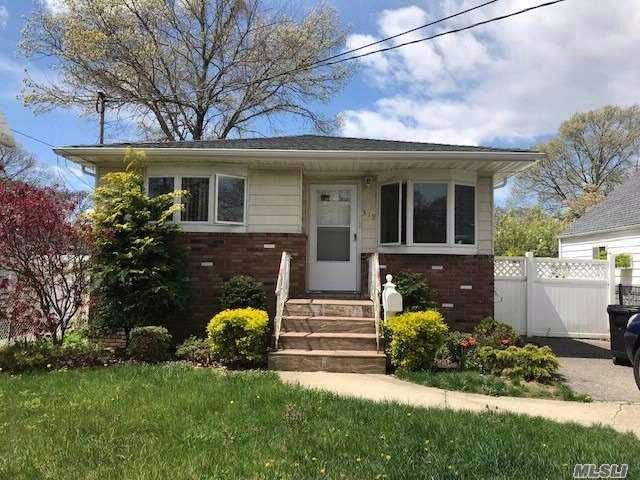 4 BR,  3.00 BTH Exp ranch style home in Copiague