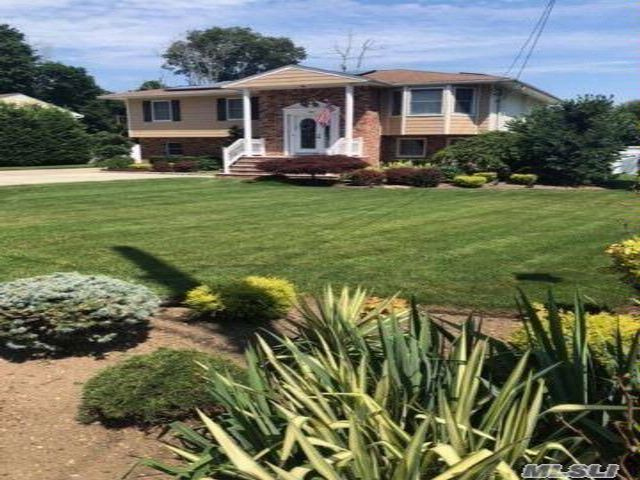 5 BR,  3.50 BTH Hi ranch style home in Amityville