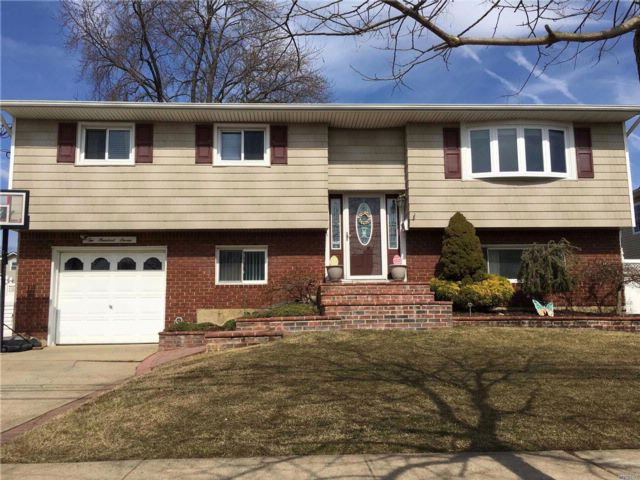 5 BR,  2.00 BTH  Hi ranch style home in Massapequa