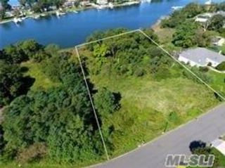 Lot <b>Size:</b> 125x329  Land style home in Center Moriches
