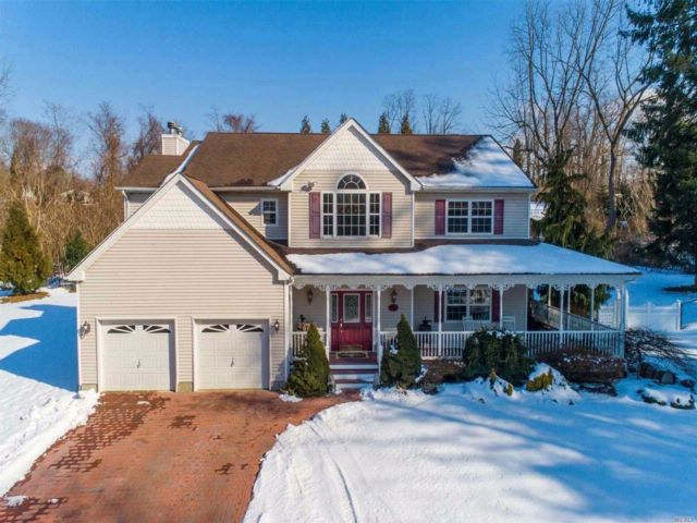 4 BR,  2.50 BTH Colonial style home in Setauket