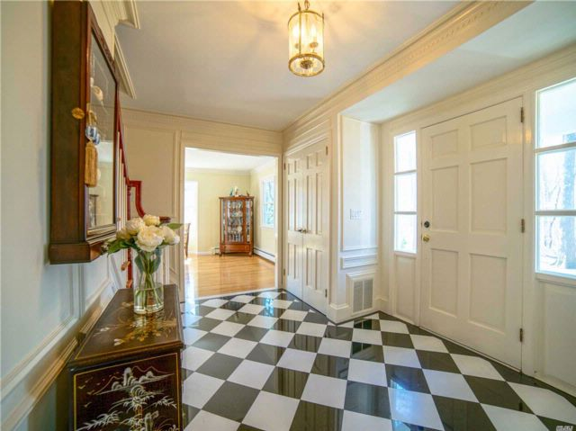 6 BR,  4.50 BTH Colonial style home in Mill Neck