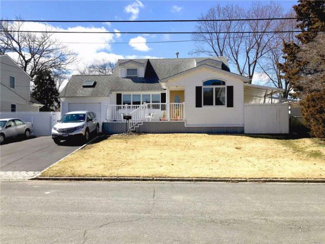 4 BR,  2.00 BTH  Exp cape style home in Commack