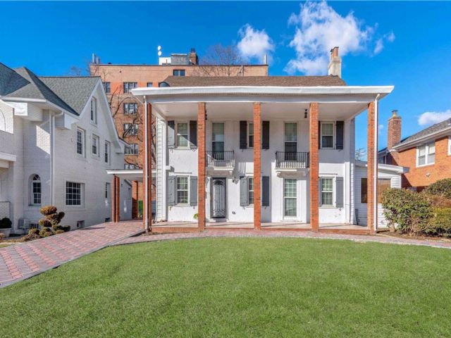 5 BR,  5.00 BTH Colonial style home in Hollis