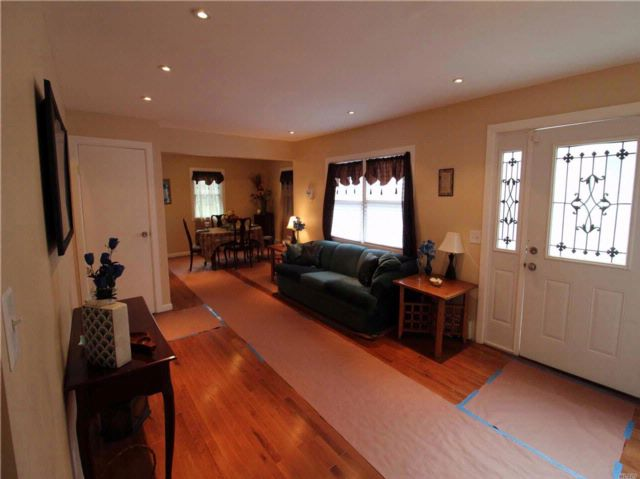 6 BR,  4.00 BTH  Colonial style home in Roosevelt