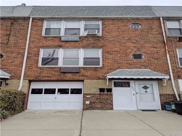 4 BR,  2.50 BTH Townhouse style home in Flushing