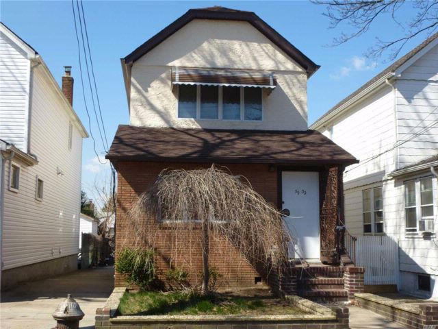 3 BR,  3.00 BTH Colonial style home in Flushing