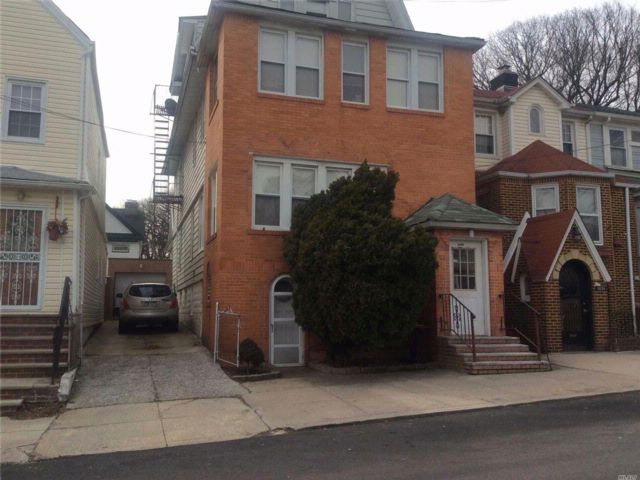 8 BR,  4.00 BTH Colonial style home in Richmond Hill