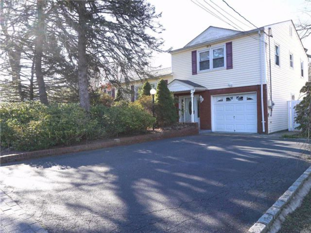 4 BR,  2.00 BTH  Split style home in Dix Hills