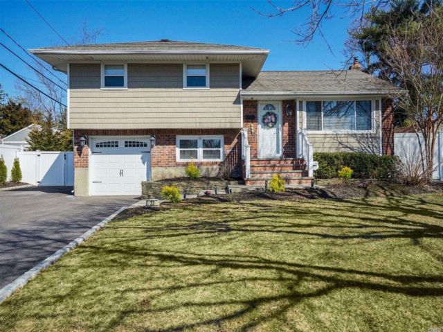 3 BR,  2.00 BTH  Split style home in Commack