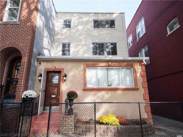 8 BR,  3.00 BTH Townhouse style home in Maspeth