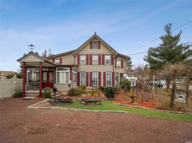 5 BR,  3.50 BTH  Colonial style home in Seaford