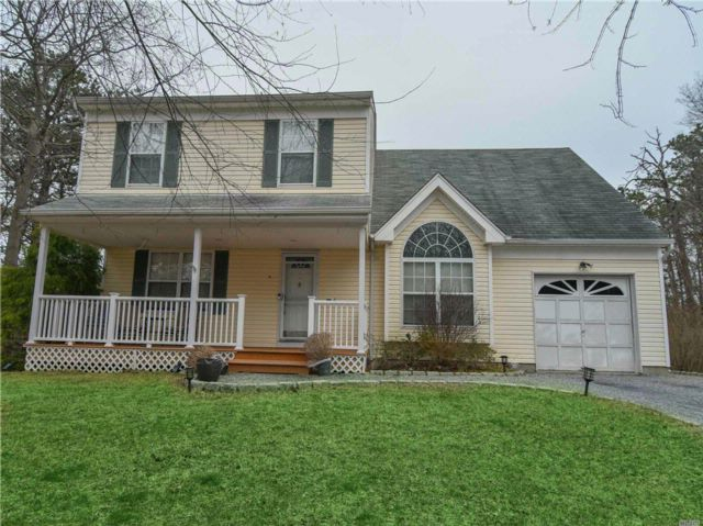 4 BR,  1.50 BTH Colonial style home in Ridge