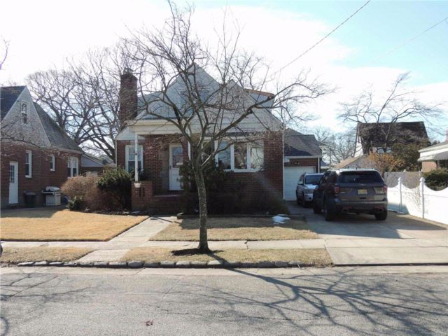 5 BR,  2.00 BTH  Colonial style home in Valley Stream