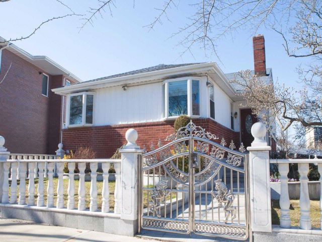 4 BR,  3.00 BTH Splanch style home in Bayside