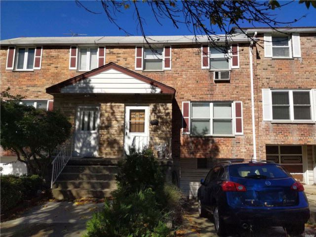 4 BR,  2.50 BTH  Townhouse style home in Douglaston