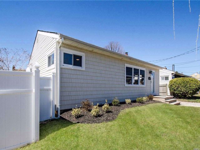 3 BR,  2.00 BTH Ranch style home in Bethpage