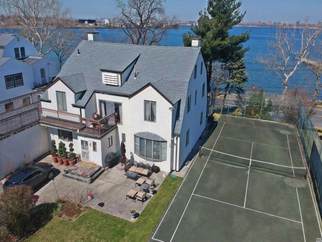 5 BR,  2.50 BTH Colonial style home in Malba