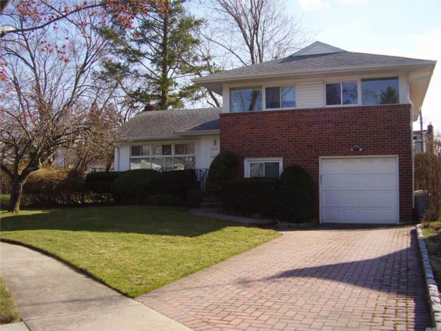 4 BR,  2.50 BTH  Split style home in East Meadow