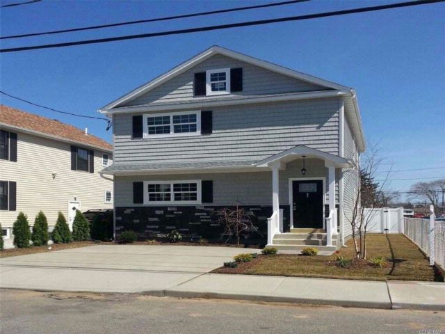 3 BR,  2.50 BTH Colonial style home in Elmont