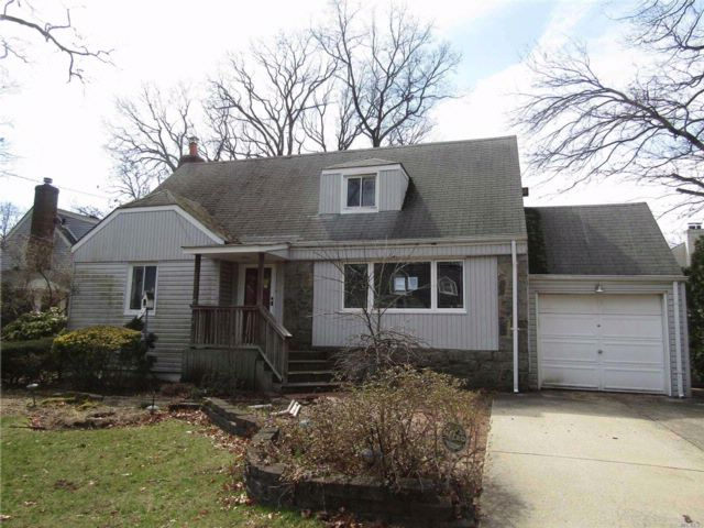 4 BR,  1.00 BTH Cape style home in Merrick