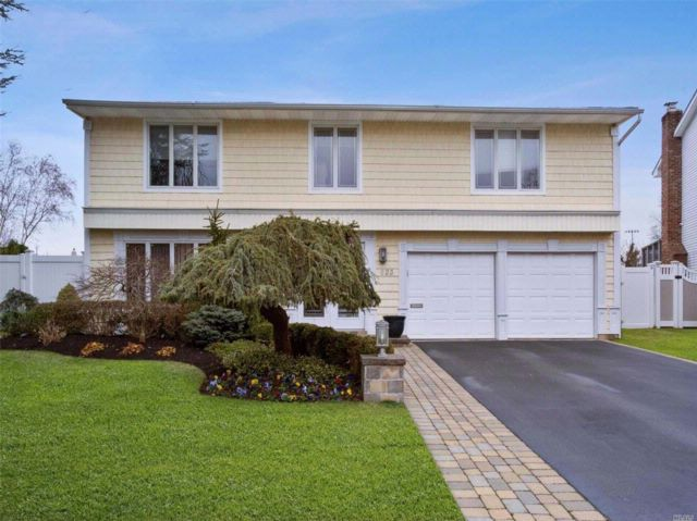 4 BR,  2.50 BTH Splanch style home in North Woodmere