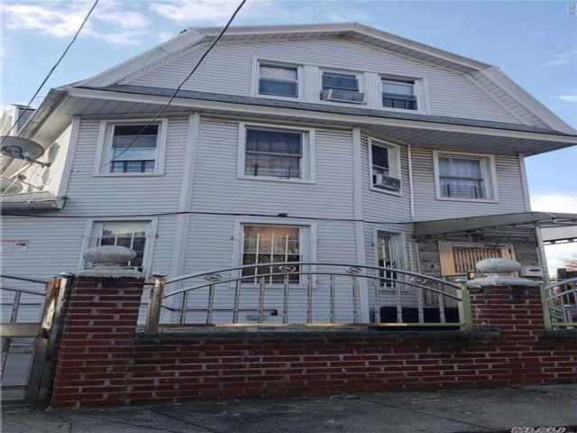 6 BR,  4.00 BTH Colonial style home in Jamaica