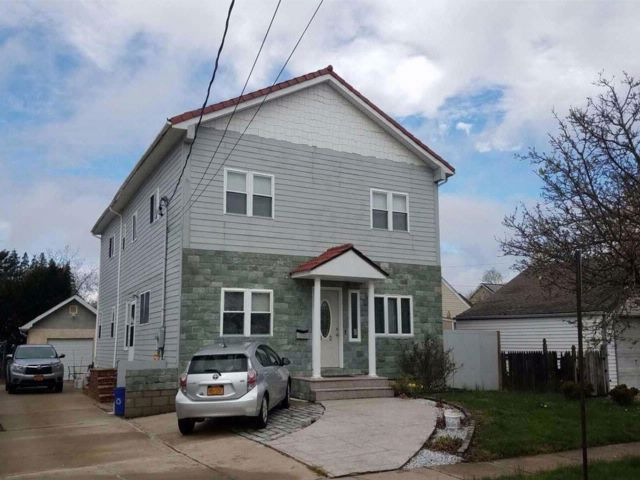 6 BR,  4.00 BTH  Colonial style home in Hicksville