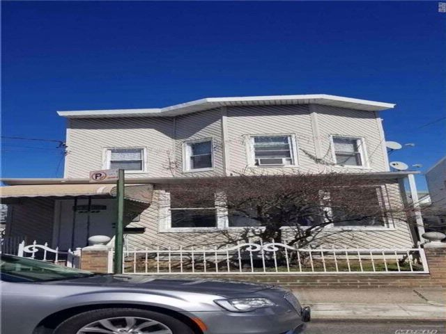 6 BR,  3.00 BTH Colonial style home in Corona