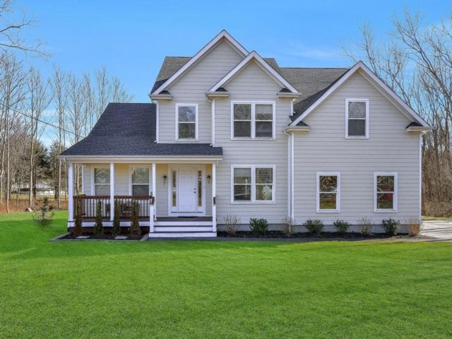 4 BR,  4.00 BTH  Contemporary style home in Center Moriches