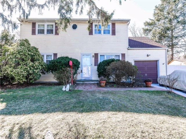 6 BR,  2.00 BTH  Colonial style home in Glen Head