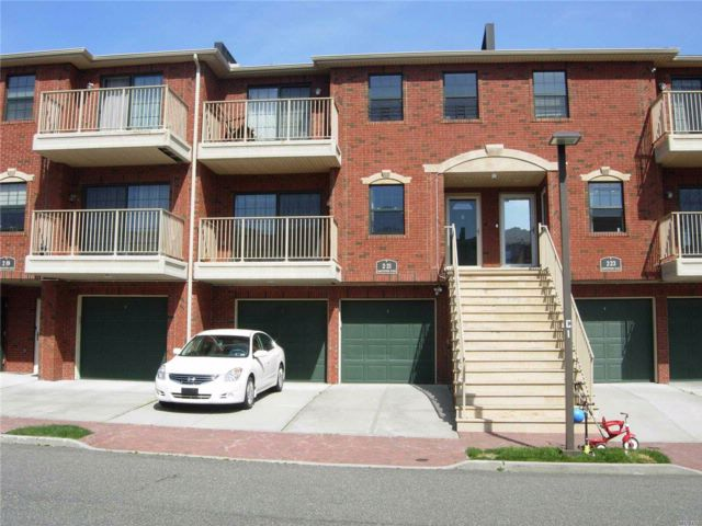 4 BR,  3.00 BTH  Condo style home in College Point