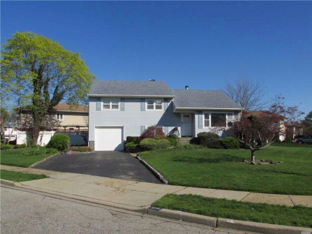 4 BR,  3.00 BTH  Split style home in Wantagh