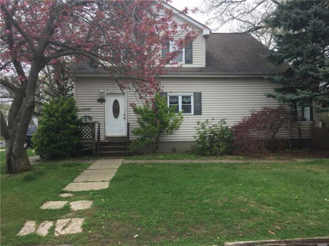 5 BR,  2.00 BTH  2 story style home in Lindenhurst