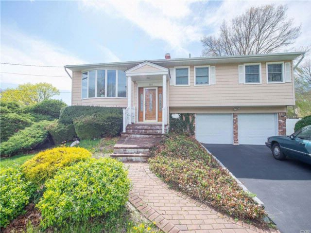 5 BR,  2.50 BTH Hi ranch style home in Hauppauge