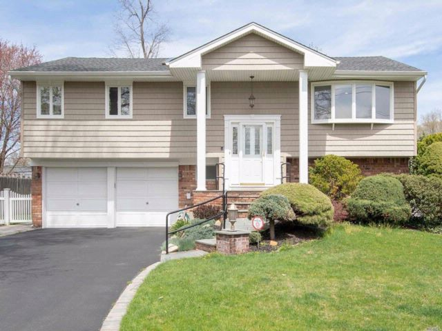5 BR,  3.50 BTH  Hi ranch style home in Commack