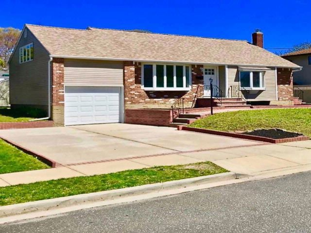3 BR,  2.00 BTH Ranch style home in Farmingdale
