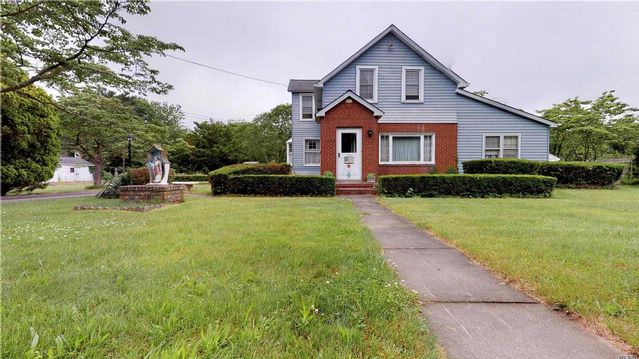 3 BR,  1.00 BTH Colonial style home in Bohemia