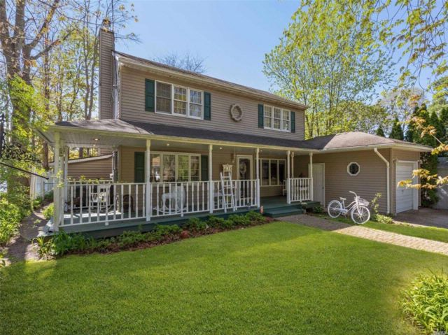4 BR,  2.00 BTH Colonial style home in Ridge