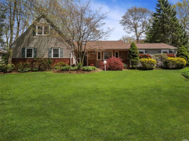 5 BR,  3.50 BTH Farm ranch style home in Dix Hills