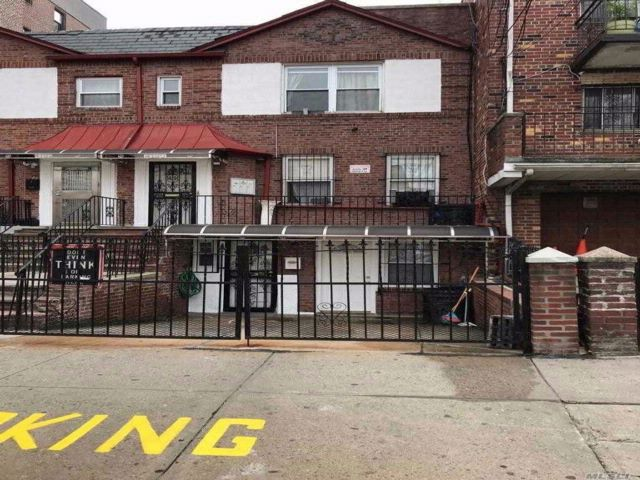 7 BR,  4.00 BTH Townhouse style home in Elmhurst
