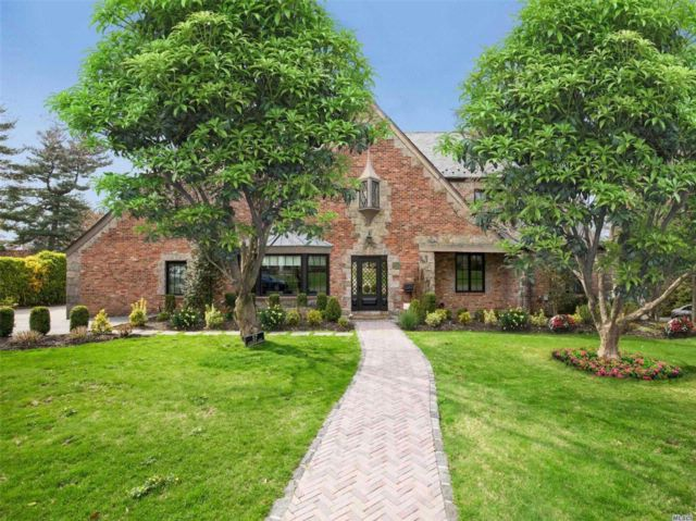 5 BR,  5.50 BTH  Colonial style home in Manhasset