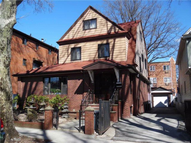 5 BR,  3.50 BTH Colonial style home in Woodside