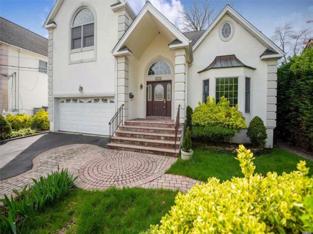 4 BR,  3.50 BTH Colonial style home in Merrick